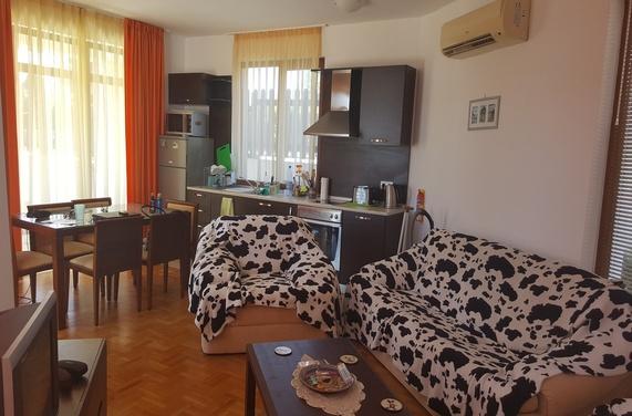A 3 bed 3 bathroom villa with pool, 2 balconies, Private parking & sea views