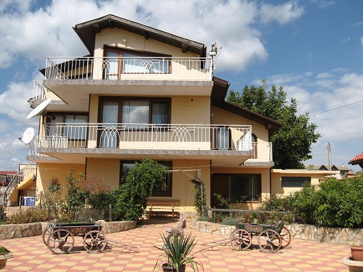 A large 3 story house with 4 double bedrooms, Swimming pool at Klimentovo, Varna