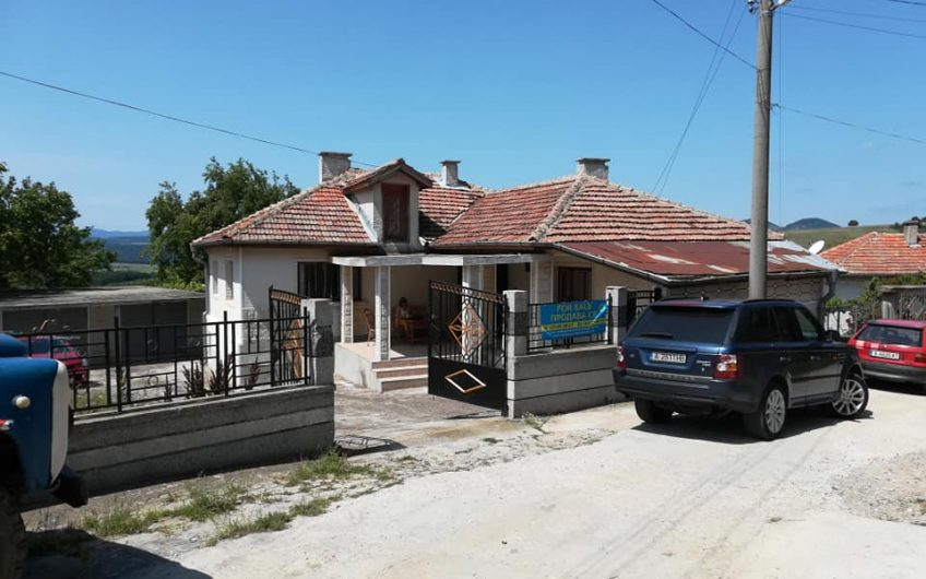 A renovated fully furnished home with 2 bedrooms, kitchen, bathroom, Huge double garage, Separate guest living accommodation