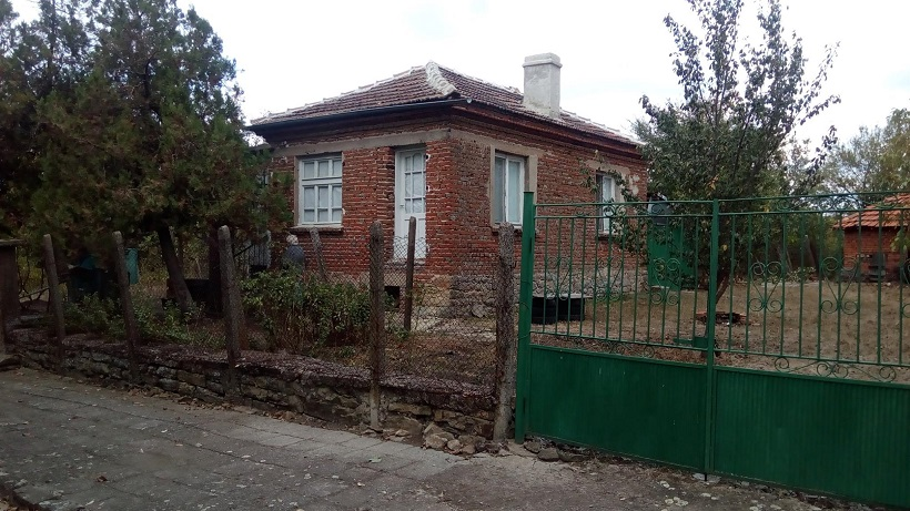 Svetlina, Burgas. A cozy 2 bed house with under house storage