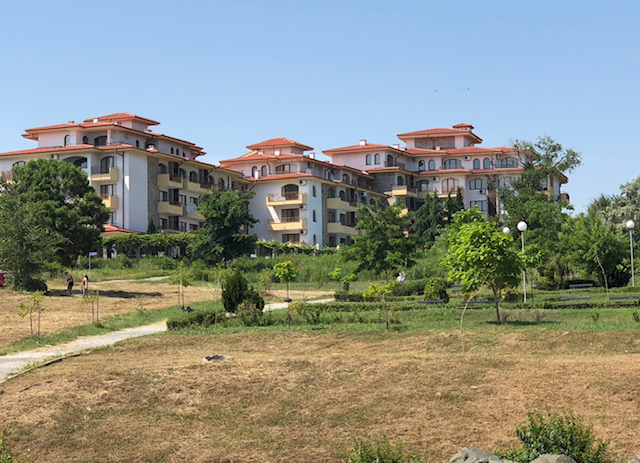 A 2-bed well presented apartment on a lovely complex overlooking the beach !