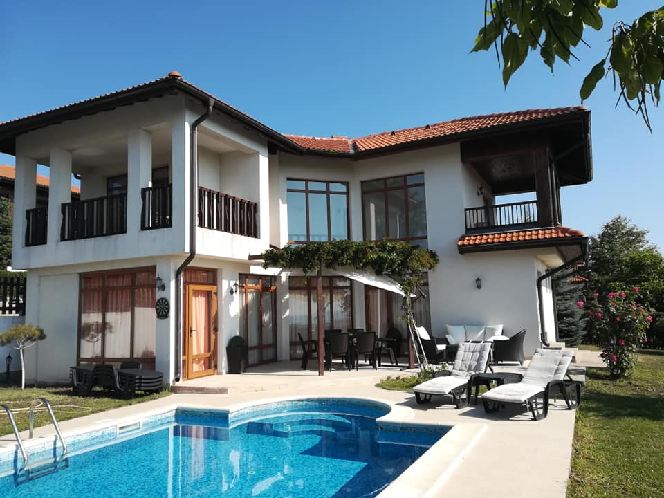 A luxurious 3 bed villa with pool at Floral hills aheloy.