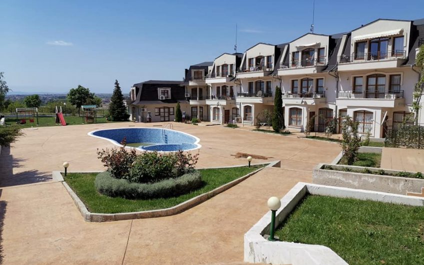 3 bed 1 bathroom fully furnished apartment with balcony. Pool & sea views , Very close to Sunny Beach.